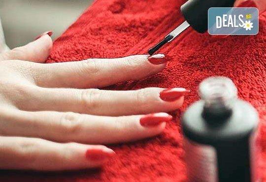 Добавете стил върху ръцете си с гел върху естествени нокти, лакиране с OPI и бонус 50% отстъпка при поддръжка в Ивелина студио! - Снимка 1