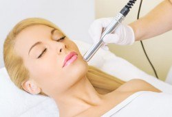 За чиста кожа! Дълбоко ултразвуково почистване на лице и 2 маски спрямо нуждата на кожата в салон Румяна Дермал! - Снимка
