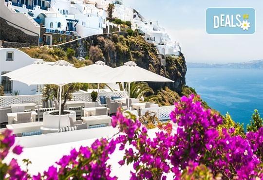 Септемврийски празници на остров Санторини, Гърция! 7 нощувки със закуски, транспорт и екскурзовод, фериботни билети и такси! - Снимка 1