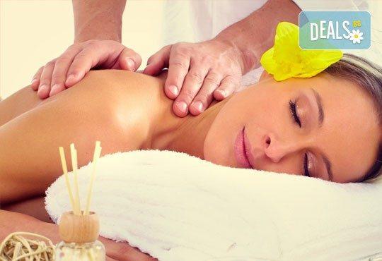 Отпуснете цялото си тяло с 60-минутен класически, релаксиращ масаж с етерични масла в козметичен център DR.LAURANNE! - Снимка 1