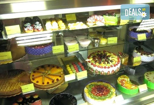 Заповядайте в Сладкарница Орхидея! Поръчайте 50 броя ароматни еклери с плодов шоколад - ягода/ банан + крем йогурт, боровинка и баварски крем - Снимка 5