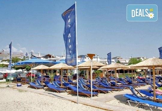 В слънчева Гърция за ден през август или септември! На плаж на Ammolofi Beach, Неа Перамос - транспорт, застраховка и водач! - Снимка 3