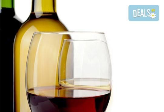 Вкусно хапване с доставка! Два килограма пилешки хапки асорти и бутилка бяло/ червено вино 750 ml по избор от Сръбска скара Сан Марино! - Снимка 2