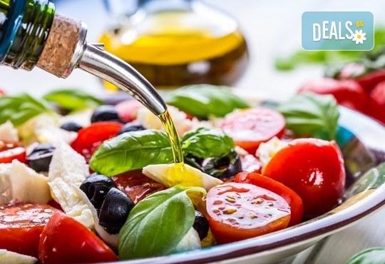 Насладете се на салата и основно ястие по избор от богатото меню на ресторант Latte във Варна! - Снимка 1