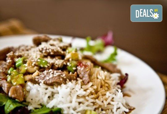 Насладете се на салата и основно ястие по избор от богатото меню на ресторант Latte във Варна! - Снимка 4