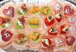 Направи сам своето меню! 25 бр. коктейлни хапки от един вид по избор, бонуси 50% отстъпка от сладките изкушения на Мечо Фууд Кетъринг! - Снимка