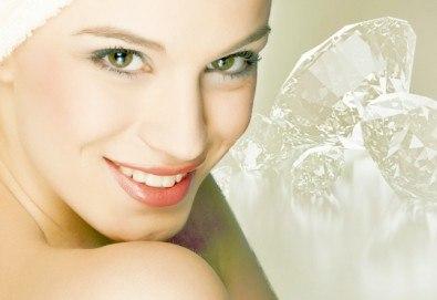 За чиста и сияйна кожа! Диамантено микродермабразио и хидратираща маска за лице в салон за красота Flowers! - Снимка