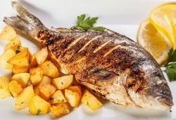 Средиземноморски кулинарен круиз! Две порции Лаврак или Ципура с гарнитура чипс картофи и зеле и моркови в Ресторант BALITO - Снимка