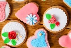 14 бутикови бисквити: сърца и романтични рози с перли от Сладкарски цех Muffin House! - Снимка
