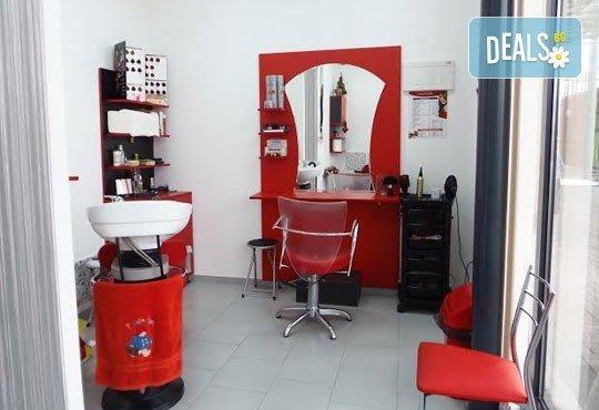 Освежете косата си! Масажно измиване, подхранваща маска, подстригване и оформяне на прическа със сешоар, в салон Професионален усет! - Снимка 4