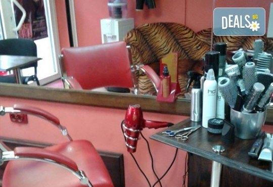 Изграждане с гел във форма по желание на клиента, лакиране с гел лак в цвят по избор и 2 декорации в салон за красота Белисима! - Снимка 2