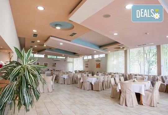 Имате повод да празнувате? Ресторант Интелкооп, Пловдив, Ви предлага четиристепенно празнично меню с богат избор, за 10 човека, на супер цена! - Снимка 9