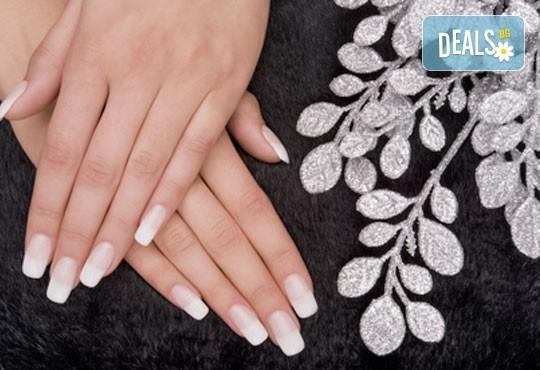 Забележителни ръце! Гел лак в цвят по избор върху естествен нокът, 2 декорации и бонус 50% отстъпка от следваща процедура в NSB Beauty Center! - Снимка 1