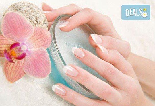 Гел върху естествен нокът или изграждане на ноктопластика, лакиране с Gel Polish и бонус 50% отстъпка от следваща процедура и всички услуги в студиото в NSB Beauty Center! - Снимка 1