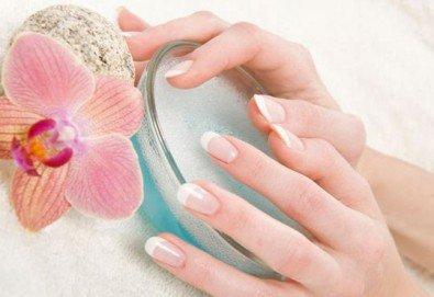 Гел върху естествен нокът или изграждане на ноктопластика, лакиране с Gel Polish и бонус 50% отстъпка от следваща процедура и всички услуги в студиото в NSB Beauty Center!