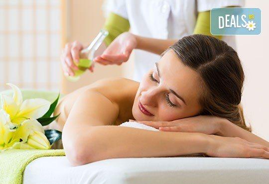 Релаксиращ масаж на гръб с подбрани етерични масла от жасмин, евкалипт и алое в Студио МАНИЯ - Снимка 2