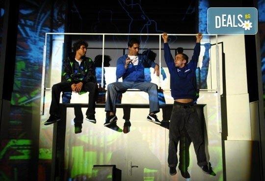 Гледайте великолепния мюзикъл Скачай! с Калин Пачеръзки, Мартин Гяуров и Джулия Бочева, в Театър ''София'', 18.10, от 19 ч, билет за един - Снимка 4