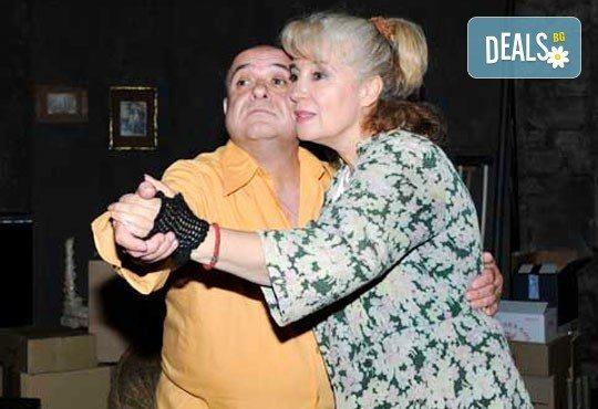 Щура комедията от Джон Патрик в Театър Сълза и Смях ! Гледайте '' Да утепаме бабето '' на 06.10. от 19 ч., един билет - Снимка 1