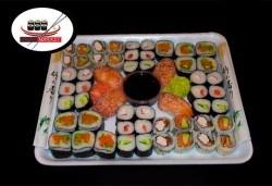Вземете 54 вкусни суши хапки със сурими раци, пушена сьомга, филаделфия и розова херинга от Sushi Market! - Снимка