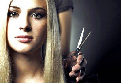 Професионално подстригване, масажно измиване и терапия според типа коса по избор, ултразвук и подсушаване от Женско царство! - Снимка