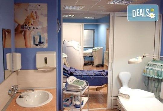 Трифазна антицелулитна процедура чрез ултразвукова кавитация, вакуумен масаж и Lipoglaucin ТМ на корем, бедра, ханш и паласки в дермакозметични центрове Енигма! - Снимка 9