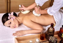 Тайландски стреч масаж с топли билкови торбички и натурални етерични масла, рефлексотерапия на стъпала и длани и релаксиращ масаж с вендузи в Лаура Стайл! - Снимка