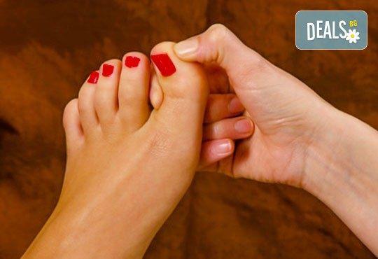 Тайландски стреч масаж с топли билкови торбички и натурални етерични масла, рефлексотерапия на стъпала и длани и релаксиращ масаж с вендузи в Лаура Стайл! - Снимка 2