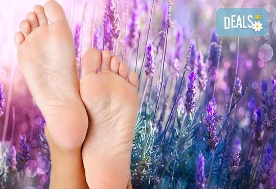 Релаксиращ лавандулов масаж, рефлексотерапия на стъпала и длани и ароматна ваничка с цвят от лавандула и етерични масла + подарък: стреч масаж на крайници в Лаура Стайл! - Снимка 1