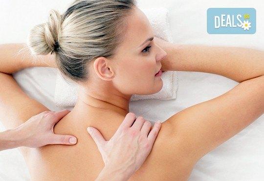 Болкоуспокояващ, нервно-мускулен масаж на гръб и консултация с физиотерапевт в холистичен център Physio Point! - Снимка 1