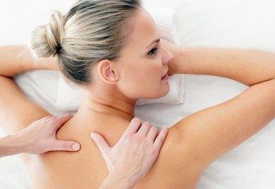 Болкоуспокояващ, нервно-мускулен масаж на гръб и консултация с физиотерапевт в холистичен център Physio Point! - Снимка