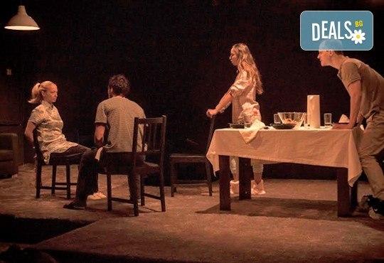 """Вечер на елегантния хумор! Гледайте новият спектакъл в Театър """"Възраждане"""" - ИЗВЪН ЗЕМНО на 04.10, вторник, от 19ч, билет за един! - Снимка 4"""