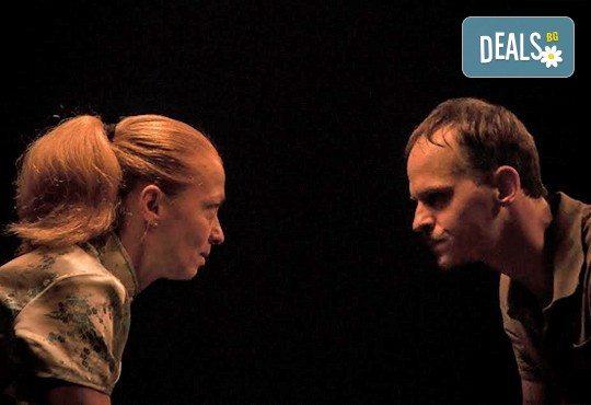 """Вечер на елегантния хумор! Гледайте новият спектакъл в Театър """"Възраждане"""" - ИЗВЪН ЗЕМНО на 04.10, вторник, от 19ч, билет за един! - Снимка 2"""