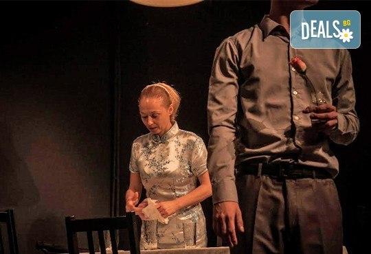 """Вечер на елегантния хумор! Гледайте новият спектакъл в Театър """"Възраждане"""" - ИЗВЪН ЗЕМНО на 04.10, вторник, от 19ч, билет за един! - Снимка 6"""