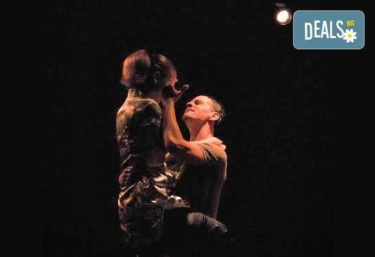 """Вечер на елегантния хумор! Гледайте новият спектакъл в Театър """"Възраждане"""" - ИЗВЪН ЗЕМНО на 04.10, вторник, от 19ч, билет за един! - Снимка 5"""