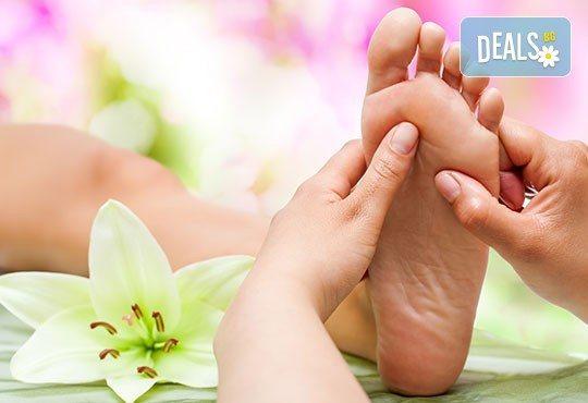 Дълбоко релаксиращ масаж за бременни и рефлексотерапия на ходила за пълно отпускане на тялото от кинезитерапевт в козметично студио Beauty! - Снимка 3