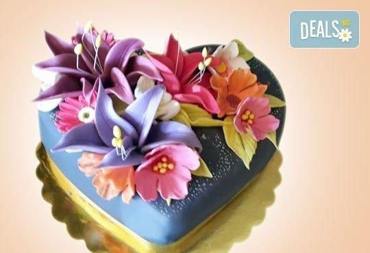 Празнична торта Честито кумство с пъстри цветя, дизайн сърце или златни орнаменти от Сладкарница Джорджо Джани - Снимка 3