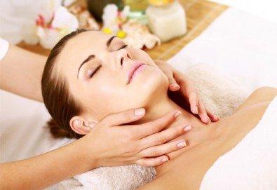 Отдайте се на час спокойствие! Класически масаж на цяло тяло и масаж на лице, яка и глава в център Алфа Медика! - Снимка