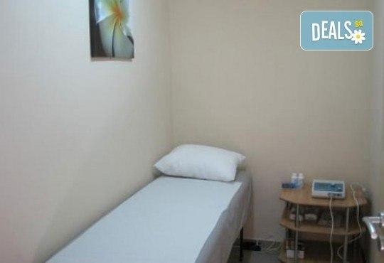 Един час лечебен масаж чрез физиотерапевтични и кинезитерапевтични техники при болки в опорно-двигателния апарат в Алфа Медика! - Снимка 6