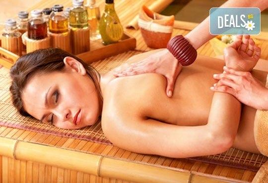 Екзотична релаксираща терапия! 60 или 70-минутен комбиниран абхаянга и широ абхаянга масаж на гръб, точков масаж на глава и лице, студио Beauty! - Снимка 1
