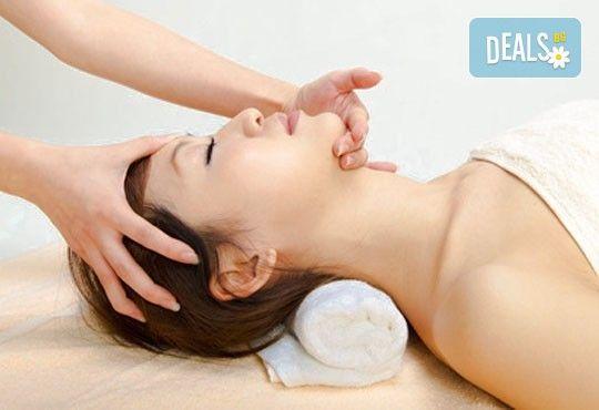 Екзотична релаксираща терапия! 60 или 70-минутен комбиниран абхаянга и широ абхаянга масаж на гръб, точков масаж на глава и лице, студио Beauty! - Снимка 2