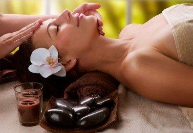 150-минутен SPA-MIX: масаж на цяло тяло с Hot Stone терапия, китайски точков масаж на лице и йонна детоксикация - Снимка