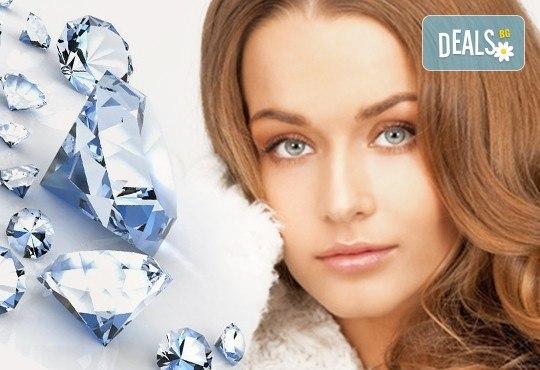 Диамантено микродермабразио, кислородно обновяване и маска в салон за красота Infinity! - Снимка 1