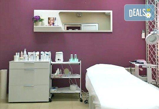 Терапия против бръчки с хиалуронова киселинаи колаген и масаж на лице, шия и деколте в студио Про Фешанъл! - Снимка 7