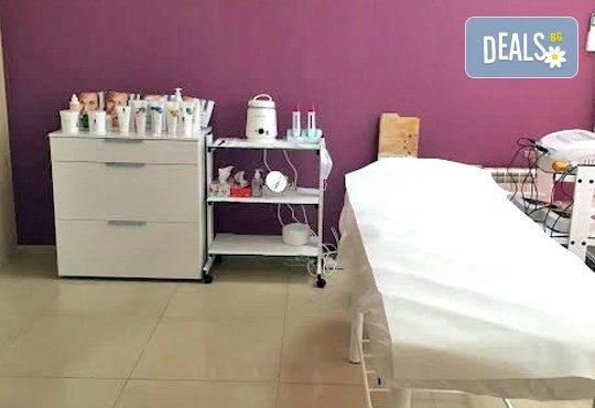 Терапия против бръчки с хиалуронова киселинаи колаген и масаж на лице, шия и деколте в студио Про Фешанъл! - Снимка 8