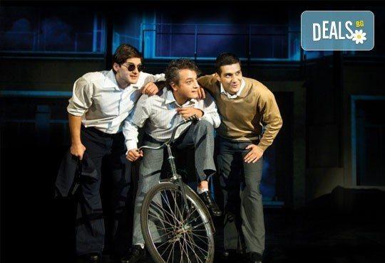 Гледайте великолепния мюзикъл Скачай! с Калин Пачеръзки, Мартин Гяуров и Джулия Бочева, в Театър ''София'', 11.11, от 19 ч, билет за един - Снимка 3