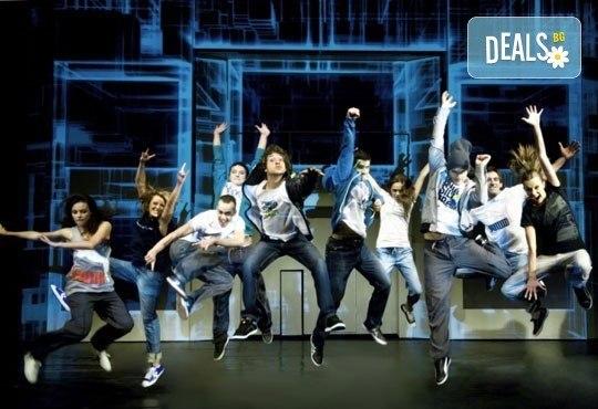 Гледайте великолепния мюзикъл Скачай! с Калин Пачеръзки, Мартин Гяуров и Джулия Бочева, в Театър ''София'', 29.11., от 19 ч, билет за един - Снимка 1