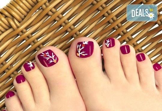 Педикюр с гел лак Gelish или LCN + масаж на ходилата и ДВЕ рисувани декорации в Салон за красота Blush Beauty - Снимка 2