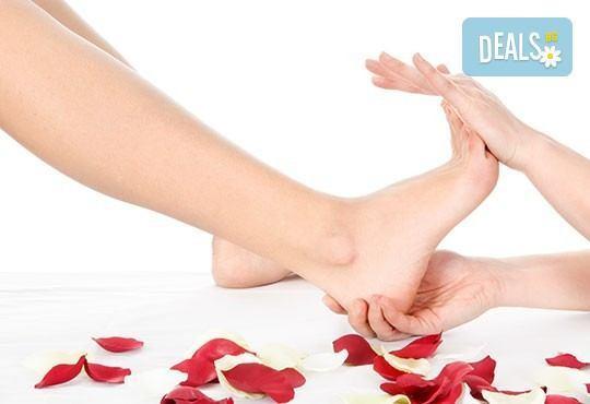 Педикюр с гел лак Gelish или LCN + масаж на ходилата и ДВЕ рисувани декорации в Салон за красота Blush Beauty - Снимка 1
