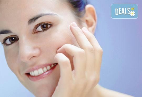 За красива и сияйна кожа! Избелваща терапия за лице с кислороден пилинг и подарък: радиочестотен лифтинг на околоочен контур в салон за красота Вили! - Снимка 3