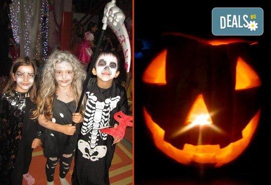 Неделно детско HALLOWEEN парти: два часа с аниматор Хелуин вещица, пица, атракциони, торта и бонбони на 30-ти октомври (неделя) от 18:30 часа! - Снимка 4